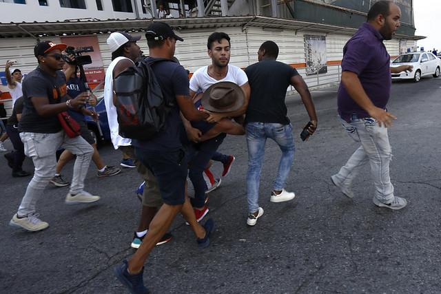 Agentes de seguridad detienen a dos participantes en una marcha autoconvocada por activistas pro los derechos del colectivo LGBTI en La Habana, en coincidencia con las 12 Jornadas Cubanas de Lucha contra la Homofobia y la Transfobia , el sábado 11 de mayo. Crédito: Jorge Luis Baños/IPS