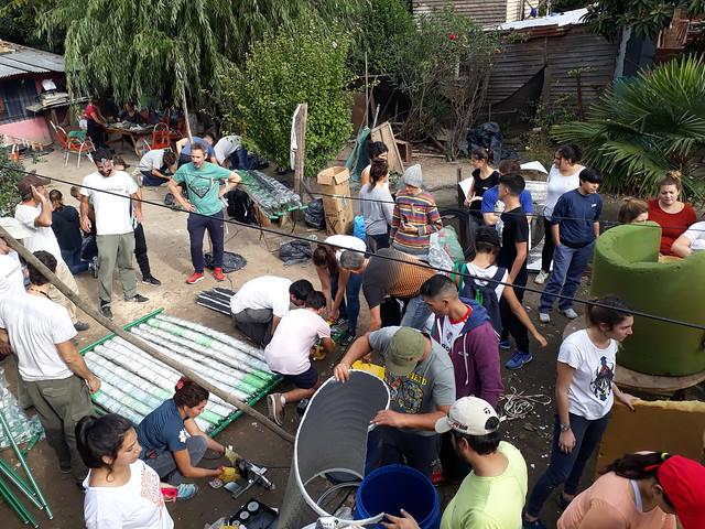 Jóvenes voluntarios de Sumando Energías trabajan en la construcción de los colectores solares en el barrio de Pinazo. La oeenegé los adiestra en el desarrollo de energías limpias que aporten soluciones sociales, ambientales y económicas en entornos vulnerables de Argentina. Crédito: Daniel Gutman/IPS