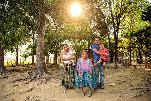 María Ba Caal con miembros de su familia. Crédito: Ryan Brown/ONU Mujeres