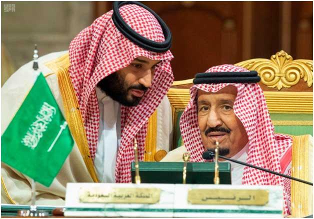 El rey Salmán bin Abdulaziz, sentado, y el príncipe heredero y hombre fuerte de Arabia Saudita, que es la expresión máxima de la intolerancia del reino por toda disidencia, incluida la de las activistas por los derechos de las mujeres. Crédito: Dominio público