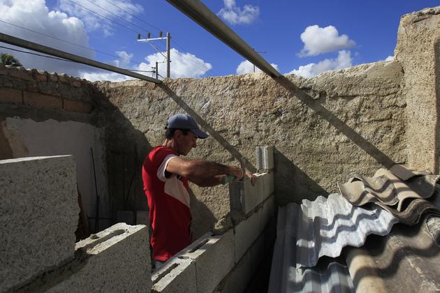 Muchos cubanos, obligados a ampliar o remodelar sus viviendas ante la disminuida capacidad constructiva del Estado y el deterioro del fondo habitacional, han recibido créditos o subsidios del Estado para comprar materiales de construcción. Crédito: Jorge Luis Baños/IPS