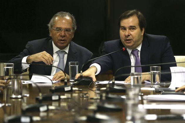 """El superministro de Economía, Paulo Guedes (I) y el presidente de la Cámara de Diputados, Rodrigo Maia, durante su encuentro para acelerar la reforma del sistema de previsión social, considerada clave para equilibrar las cuentas públicas e impulsar la economía. Sectores cercanos al presiente Jair Bolsonaro acusan a Maia de """"traidor"""" y """"corrupto"""", lo que dificulta el vital apoyo de este aliado. Crédito: Fabio Rodrigues Pozzebom/Agência Brasil"""