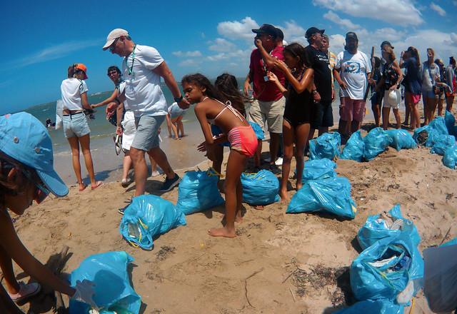 Voluntarios de todas las edades realizan actividades de saneamiento en la playa Bayado, en la ciudad de Gibara, como parte de las actividades del 15 Festival Internacional de Cine, que acoge la urbe de la provincia Holguín, en el este de Cuba. Crédito: Jorge Luis Baños/IPS