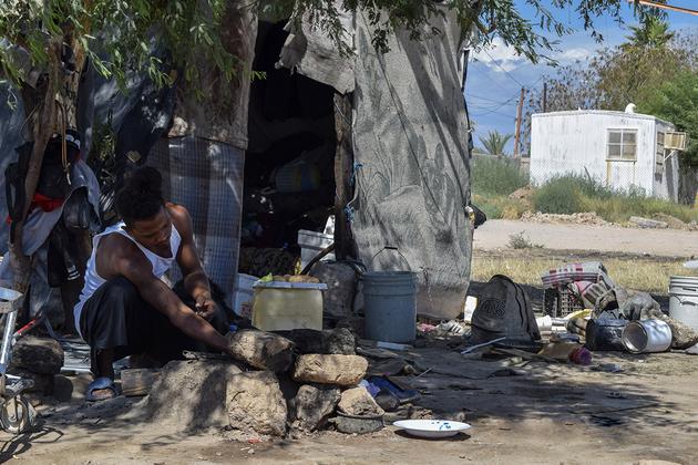En las cercanías de las vías del tren, migrantes centroamericanos improvisan viviendas con lo que tienen a la mano, en un respiro rumbo al norte, siempre al norte. Crédito: Andro Aguilar/En el Camino