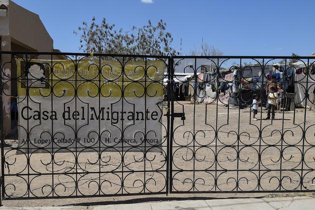 El albergue instalado a unos metros de las vías del tren pertenece a la organización Pueblos Sin Fronteras, liderada por Irineo Mujica, promotor de las caravanas de migrantes que cruzaron México rumbo a Estados Unidos desde 2018. Crédito: Andro Aguilar/En el Camino