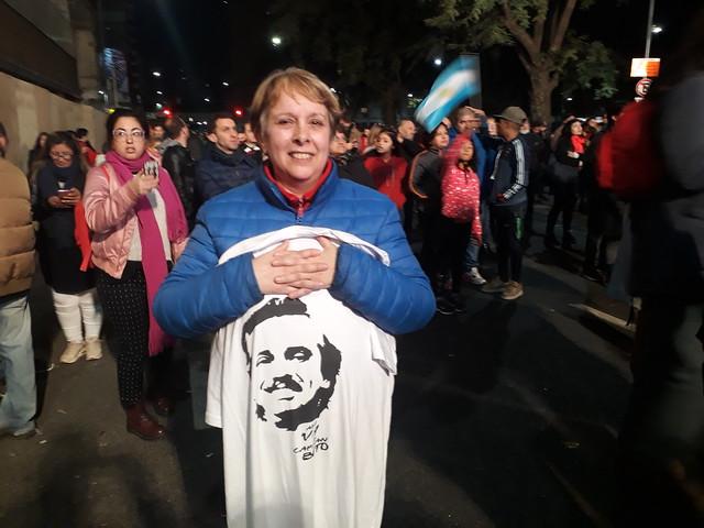 Una mujer muestra una camiseta con el rostro de Alberto Fernández en la capital de Argentina, durante los festejos por el amplio triunfo del peronismo en las primarias del 11 de agosto, que lo convirtieron en amplio favorito para conquistar la presidencia en las elecciones del 27 de octubre. Crédito: Daniel Gutman/IPS