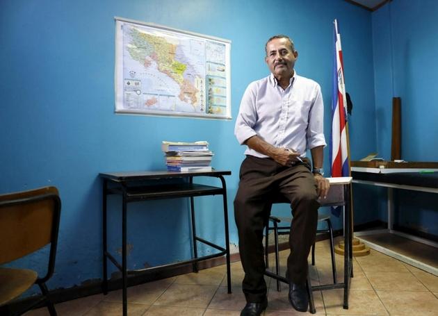 El profesor de derecho nicaragüense Carlos trabaja ahora como maestro, dando clases correctivas de secundaria a adolescentes locales en San José de Costa Rica. Crédito: Daniel Dreifuss/Acnur