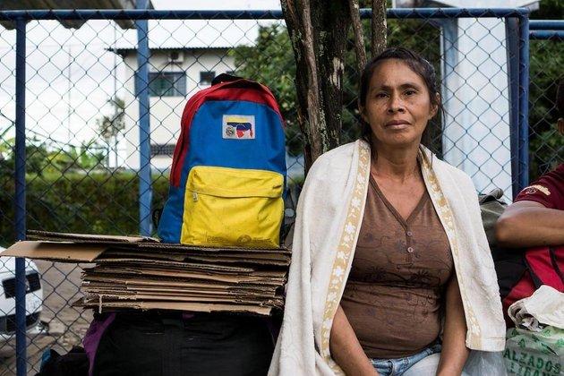 Venezolanos con sus mochilas tricolores de su bandera dominan el paisaje en Pacaraima. Las calles están llenas de visitantes comprando productos que no se encuentran en Venezuela así como refugiados sin recursos para continuar al interior de Brasil. Crédito: Bram Ebus/CrisisGroup