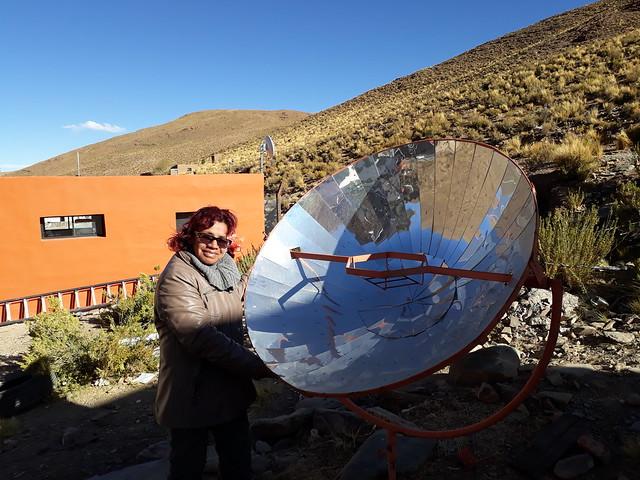 Celia Vilte, maestra en San Francisco, junto a una de las dos cocinas solares, ubicadas en el centro del pueblo, cuyos soportes para ollas permiten a las familias hervir agua con energía renovable. Las altas mesetas de la Puna, que Argentina comparte con Chile, Bolivia y Perú, tienen una radiación solar de excelente calidad. Crédito: Daniel Gutman/IPS