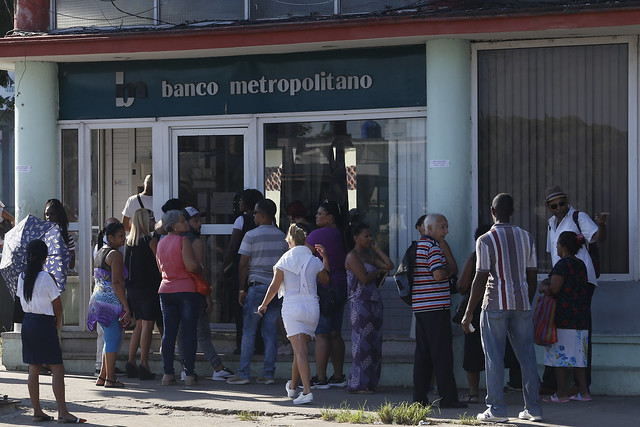 Clientes hacen fila en el exterior de una de las sucursales del Banco Metropolitano, en La Habana. Desde el lunes 21 entraron en vigor en Cuba las medidas que permiten abrir cuentas en divisas para adquirir electrodomésticos en tiendas minoristas que comenzarán a funcionar este mismo mes. Crédito: Jorge Luis Baños/IPS