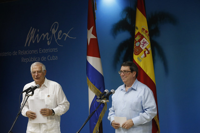 El ministro de Asuntos Exteriores de España en funciones, Josep Borrell (D), y su anfitrión, el canciller cubano, Bruno Rodríguez, durante una rueda de prensa en La Habana, el 16 de octubre. Crédito: Jorge Luis Baños/IPS