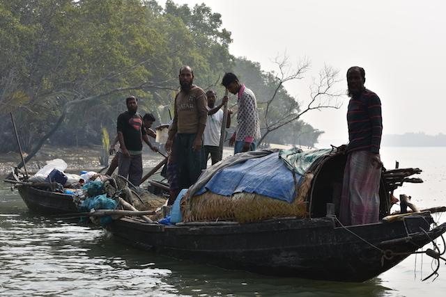 Los pescadores locales deben controlar su actividad en los canales y ríos de Sundarbans, ya que causa daño a los delfines de agua dulce que tienen su hábitat en ese humedal de Bangladesh. Crédito: Rezaul Karim Chowdhury / IPS