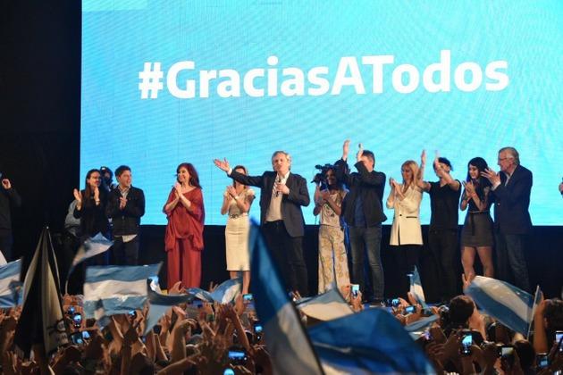 Alberto Fernández se dirige a sus adeptos, la noche del domingo 27, tras confirmarse su triunfo en las elecciones presidenciales de Argentina, que devolverán al peronismo al poder el 10 de diciembre. A la izquierda, de rojo, la vicepresidenta electa, Cristina Fernández. Crédito: Frente de Todos