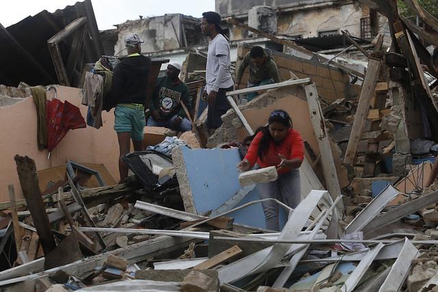 Una mujer mientras retiraba el 29 de enero de este año los escombros de su destruida vivienda, en busca de objetos personales, tras el paso de un tornado en el barrio de Luyanó, en la capital de La Habana. Crédito: Jorge Luis Baños/IPS