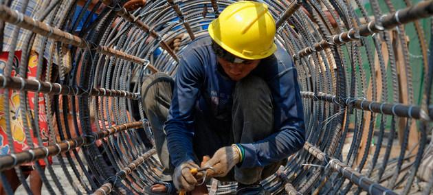 Un trabajador de la construcción en Yangón, Myanmar. Crédito: OIT