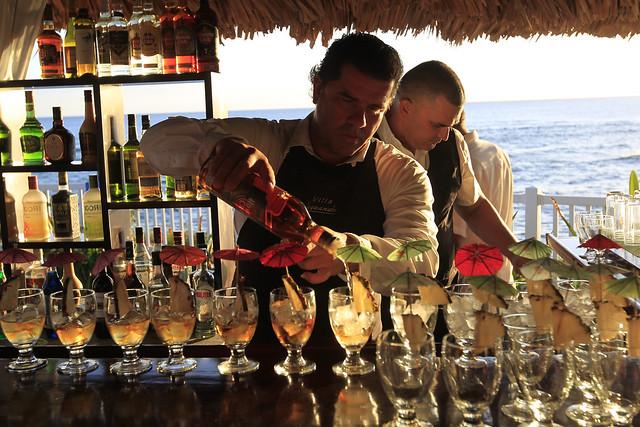 Un camarero prepara cócteles en una barra de la turística Villa Guajimico, en la central provincia de Cienfuegos, en Cuba. Los servicios para el turismo son el principal germen del crecimiento del sector privado en el país. Foto: Jorge Luis Baños/IPS