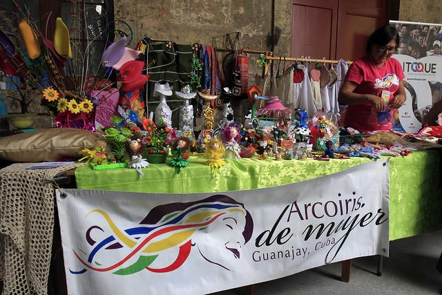 Una integrante del colectivo Arcoíris de Mujer expone los productos elaborados a partir de materiales reciclados en la Feria CubaEmprende, celebrada en el Centro Cultural Félix Varela de La Habana Vieja, en la capital de Cuba. Foto: Jorge Luis Baños/IPS