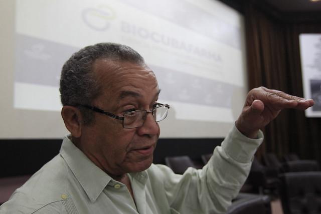 El doctor Luis Herrera, asesor del Centro de Ingeniería Genética y Biotecnología de Cuba, durante un encuentro con periodistas en La Habana, donde se brindó información sobre medicamentos cubanos que se emplean contra la enfermedad de covid-19. Foto: Jorge Luis Baños/IPS