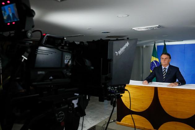 """El presidente Jair Bolsonaro en su alocución al país el 24 de marzo, sobre el coronavirus, donde, en lugar de anunciar medidas para combatir a la pandemia en Brasil, atacó a los gobernadores de los estados que cerraron las escuelas, comercios y diferentes servicios para contener el contagio de lo que calificó como una gripecita. También acuso a los medios de provocar una """"histeria"""" innecesaria en la población. Foto: Isac Nóbrega/PR-Fotos Públicas"""