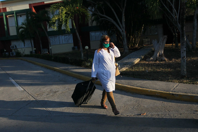 Elizabeth Oliva, médica epidemióloga camina por las inmediaciones de la cubana Unidad Central de Cooperación Médica, en La Habana, antes de partir a San Cristóbal y Nieves, para asistir a esa pequeña nación insular caribeña ante la pandemia de covid-19. Foto: Jorge Luis Baños/IPS