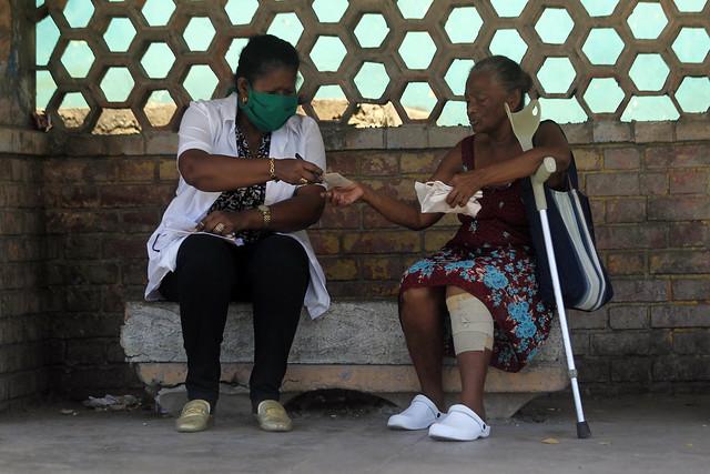 Una médica entrega una prescripción a una de sus pacientes, una adulta mayor, en una pequeña comunidad de La Habana, mientras crece entre los cubanos el temor por la propagación de la covid-19 en el país insular. Foto: Jorge Luis Baños/IPS
