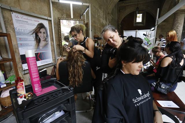Dos estilistas mientras atendían a sus clientas en su peluquería en La Habana Vieja, antes del comienzo en Cuba de medidas de contención del coronavirus. Este tipo de negocios privados se han expandido en el país los últimos años, limitados a una serie de actividades establecidas. Foto: Jorge Luis Baños/IPS