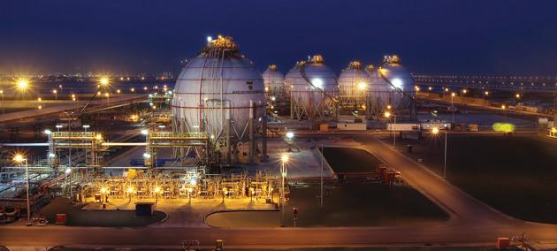 Vista de una planta de gas en Abu Dhabi, Emiratos Árabes Unidos, un gran exportador de hidrocarburos. La perspectiva de su abundancia y precios más bajos en medio de la crisis augura intensa demanda y empleo de los combustibles fósicles en el corto y aún en el mediano plazo. Foto: ADNOC