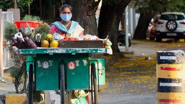 Las medidas de confinamiento y aislamiento físico por la covid-19 han impactado al mundo del trabajo, en especial el mayoritario sector ocupado en la economía informal. La OIT calcula que nos 1600 millones del total de 2000 millones de personas ocupadas en el sector podrían perder su trabajo. Foto: Kandukuru Nagarjun/OIT