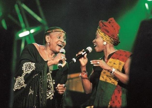 """En alguna ocasión comparteron escenario las intérpretes Miriam Makeba, de Sudáfrica (izq.) y Angélique Kidjo, de Benin (der). Ahora les une nuevamente la famosa pieza """"Pata-pata"""", empleada por Unicef en la lucha contra la pandemia. Foto: Unicef"""
