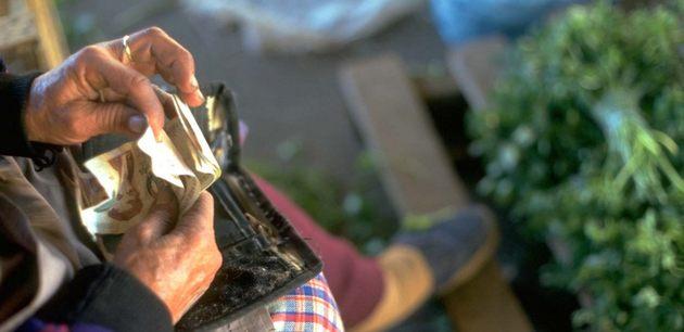 Los jóvenes latinoamericanos emigran en busca de oportunidades y los de más edad quedan dependientes de su apoyo con remesas para cubrir gastos esenciales, como alimentos y medicinas. Foto: IFAD