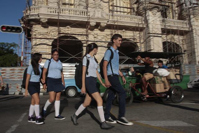 Una pareja de estudiantes que cursan la enseñanza media caminan cogidos de la mano junto a sus compañeras de clases por una céntrica calle de la capital cubana, que como en el resto de la región latinoamericana aún no incorpora entre la población el criterio internacional de que la infancia culmina a los 18 años. Foto: Jorge Luis Baños/IPS