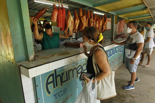 Un empleado expende productos cárnicos a su clientela, en un establecimiento administrado por trabajadores por cuenta propia, en La Habana. Las nuevas medidas anunciadas por el gobierno ampliarían el rol del sector privado en la economía de Cuba. Foto: Jorge Luis Baños/IPS