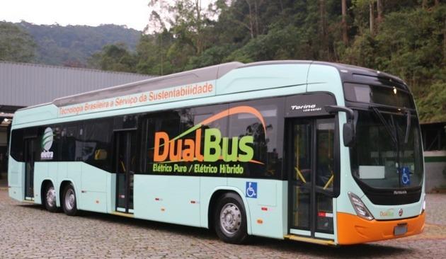 El Dual Bus es una innovación desarrollada por la empresa brasileña Eletra, que tiene como ventaja el agregarle más flexibilidad al bus eléctrico, que puede operar en dos configuraciones: híbrido o trolebús (con electricidad suministrada por cables aéreos) e híbrido o eléctrico puro (a batería). En el híbrido, su electricidad es generada internamente por un motor a diesel. Foto: Cortesía de Eletra