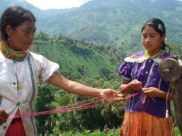 Mujeres indígenas de Guatemala mientras elaboran cuerda con fibra de maguey (Agave americana). Especialistas temen que los impactos económicos de la covid-19 generen un hambre invasora de las tierras indígenas y sus recursos. Foto: Danilo Valladares / IPS