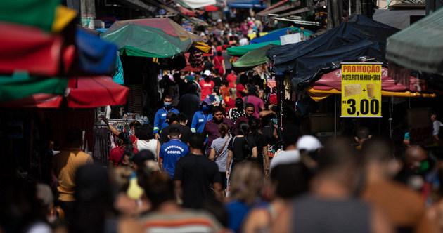 Una céntrica calle de la ciudad de Manaus, capital de la Amazonia de Brasil, el martes 7 de julio. Allí se retomaron las actividades comerciales, escolares y buena parte del ocio, pese a que es uno de los epicentros de la covi-19 que mantienen al país sudamericano como el segundo en contagios en el mundo, solo detrás de Estados Unidos. Foto: Bruno Kelli/Amazonia Real-Fotos Públicas