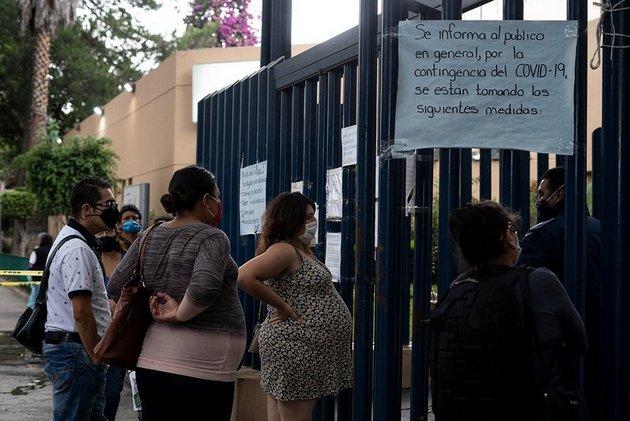Mujeres embarazadas en la entrada de un hospital materno en Ciudad de México. Foto: Fernanda Ruiz/openDemocracy