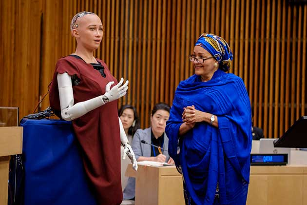 La robot humanoide Sophia tuvo una sesión interactiva el año pasado con la subsecretaria general de la ONU Amina J. Mohammed. La pregunta que algunos comienzan a hacerse en si en el futuro la inteligencia artificial podría reemplazar tareas de las personas incluso en la Naciones Unidas. Foto: Manuel Elias/ONU