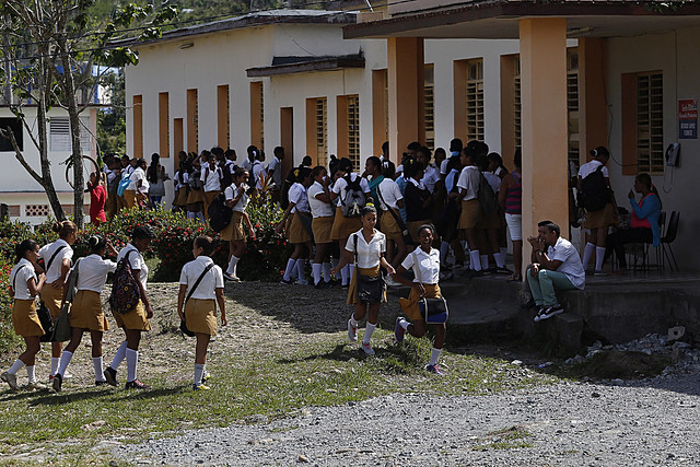 Estudiantes de la enseñanza secundaria, con prevalencia de mujeres, en las áreas del centro mixto Rubert López, en la ciudad de Baracoa, en la oriental provincia de Guantánamo, en Cuba. La equidad en todos los niveles educacionales no se corresponde con la actividad económica femenina que según las estadísticas queda muy por debajo de la masculina. Foto: Jorge Luis Baños/IPS