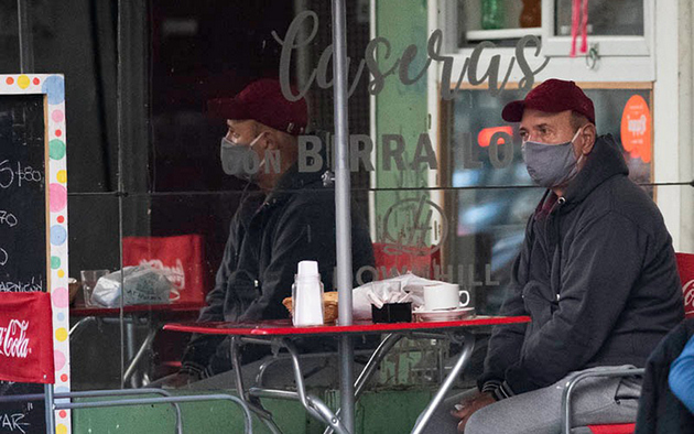 Un cliente solitario, fuera de un café en Buenos Aires. Foto: Fraco Trovato / El Ciudadano