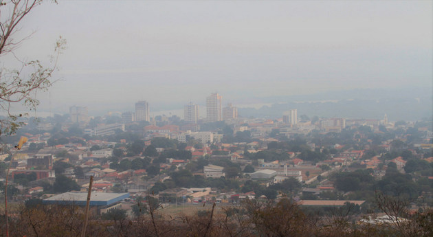 El humo de los incendios llega hasta Corumbá, ciudad de 111 000 habitantes en el corazón del Pantanal. La sequía se prolonga desde 2019, se agravó este año y propició los incendios, en un ecosistema único, ya dañado por la ganadería, el cultivo de soja y la construcción de minicentrales hidroeléctricas en sus ríos. Foto: Saul Scharamm/Fotos Públicas