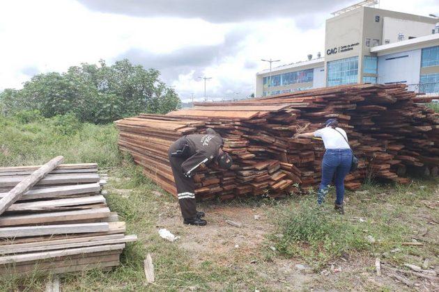 nspecciones en la Reserva Ecológica Mache Chindul, en la provincia de Esmeraldas, llevaron al decomiso de madera talada ilegalmente en el área protegida el 5 de junio 2020. Foto: Policía Ecuador