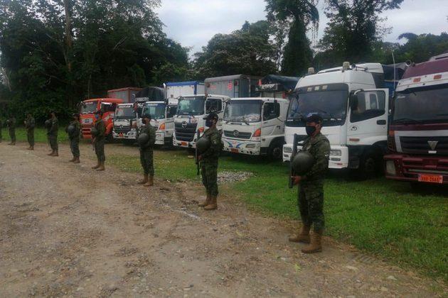 Seis camiones que transportaban 203 metros cúbicos de madera de balsa ilegal fueron retenidos el 18 de julio de 2020 en el sector de Puerto Providencia, Shushufindi (Sucumbíos). Justo a un extremo del río Napo, por donde es transportada madera talada de comunidades kichwa. Foto: MAE Sucumbíos