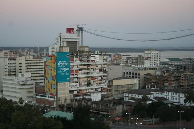 Las ciudades de África viven un rápido crecimiento y son mercados de alimentos con una facturación de hasta 250 000 millones de dólares al año, que concentran la oferta de los más de 60 millones de fincas agrícolas del continente. Pero llevar los alimentos desde el campo a los mercados urbanos es un desafío por las penurias de la infraestructura y el transporte. Foto: Busani Bafana / IPS