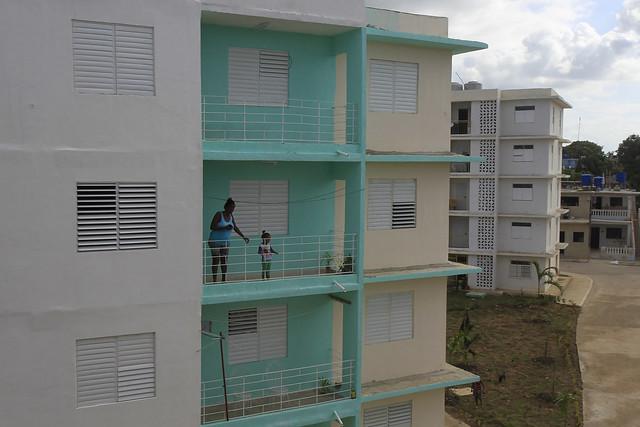 Una mujer y una niña permanecen en el balcón de su apartamento en las nuevas edificaciones residenciales construidas en Guanabacoa, uno de los municipios que conforman La Habana. Cuba intenta reducir el déficit habitacional y edificar viviendas más seguras y resistentes. Foto: Jorge Luis Baños/IPS
