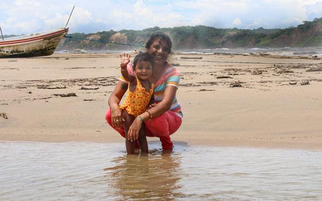 Mijane Jiménez en la playa de Punta Maldonado, junto a su hija Lía Zulaika. Foto: Franyeli García/Amapola