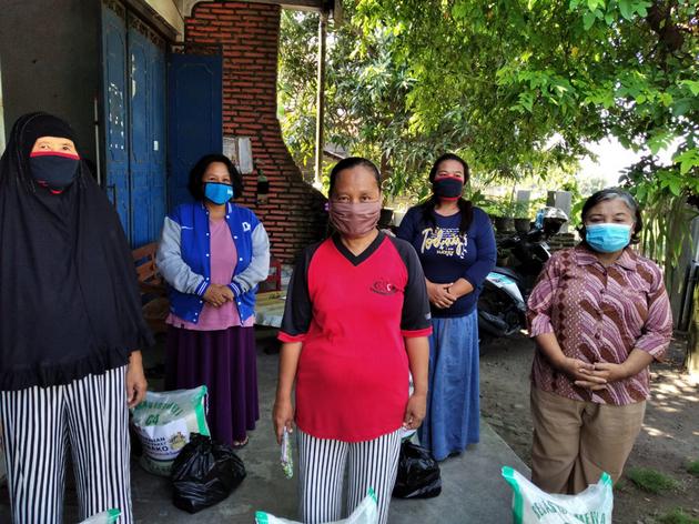 Mujeres en un Pueblo por la Paz en Jetis, en Malasia. Las integrantes de los grupos de mujeres han desempeñado papeles fundamentales como voluntarias comunitarias en la lucha para detener la propagación de la covid en el país. Foto: Fundación Wahid