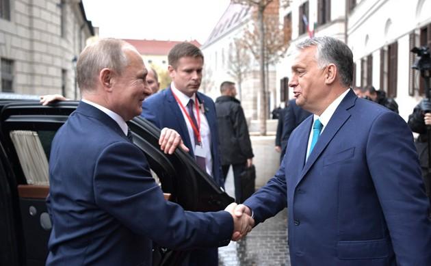 """El primer ministro de Hungría, Viktor Orbán (D), en uno de sus encuentros con el presidente ruso Vladimir Putin. Orbán asegura que """"Dios nos ha nombrado vigías"""" de las raíces cristianas de las que a su juicio Europa """"se avergüenza"""". La nostalgia por el pasado de su nuevo nacionalismo de extrema derecha la encarna su reivindicación de figuras húngaras aliadas con el nazismo alemán. Foto: Kremlin"""