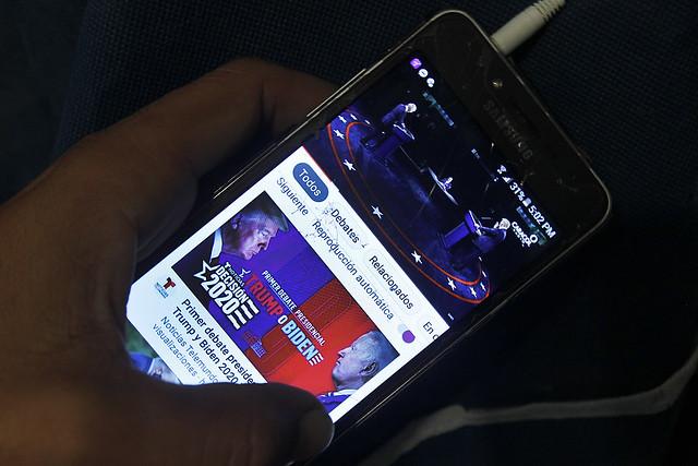 Un residente en La Habana sigue por un teléfono móvil el primer debate entre el presidente Donald Trump y su contrincante Joe Biden, en la campaña para las elecciones del 3 de noviembre en Estados Unidos, cuyo resultados podría marcar el futuro de las relaciones entre ese país y Cuba. Foto: Jorge Luis Baños/IPS