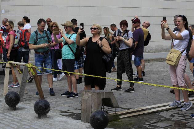 Turistas toman imágenes con sus móviles durante un paseo por el casco histórico de La Habana Vieja. Durante los dos años de deshielo diplomático entre La Habana y Washington (2015-2016) y gracias a licencias especiales, el turismo en Cuba vivió un boom gracias al gran aumento de visitantes estadounidenses, aunque legalmente no puedan hacer turismo en la isla. Foto: Jorge Luis Baños/IPS