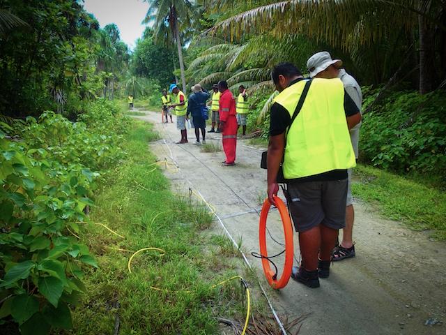 Personal del Departamento de Obras Públicas de Tuvalu realiza estudios geofísicos para identificar el grosor de la capa de agua subterránea dulce para determinar el potencial de desarrollo de agua subterránea. Foto: Cortesía de la Comunidad del Pacífico